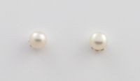 S128a Pearl studs